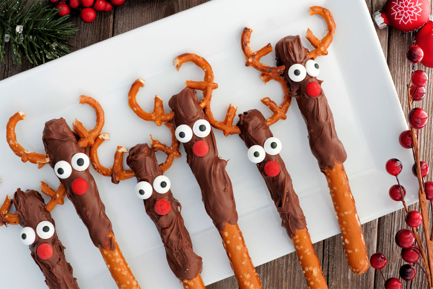 Chocolate-Dipped Pretzel Reindeers Edible Christmas Craft Ideas
