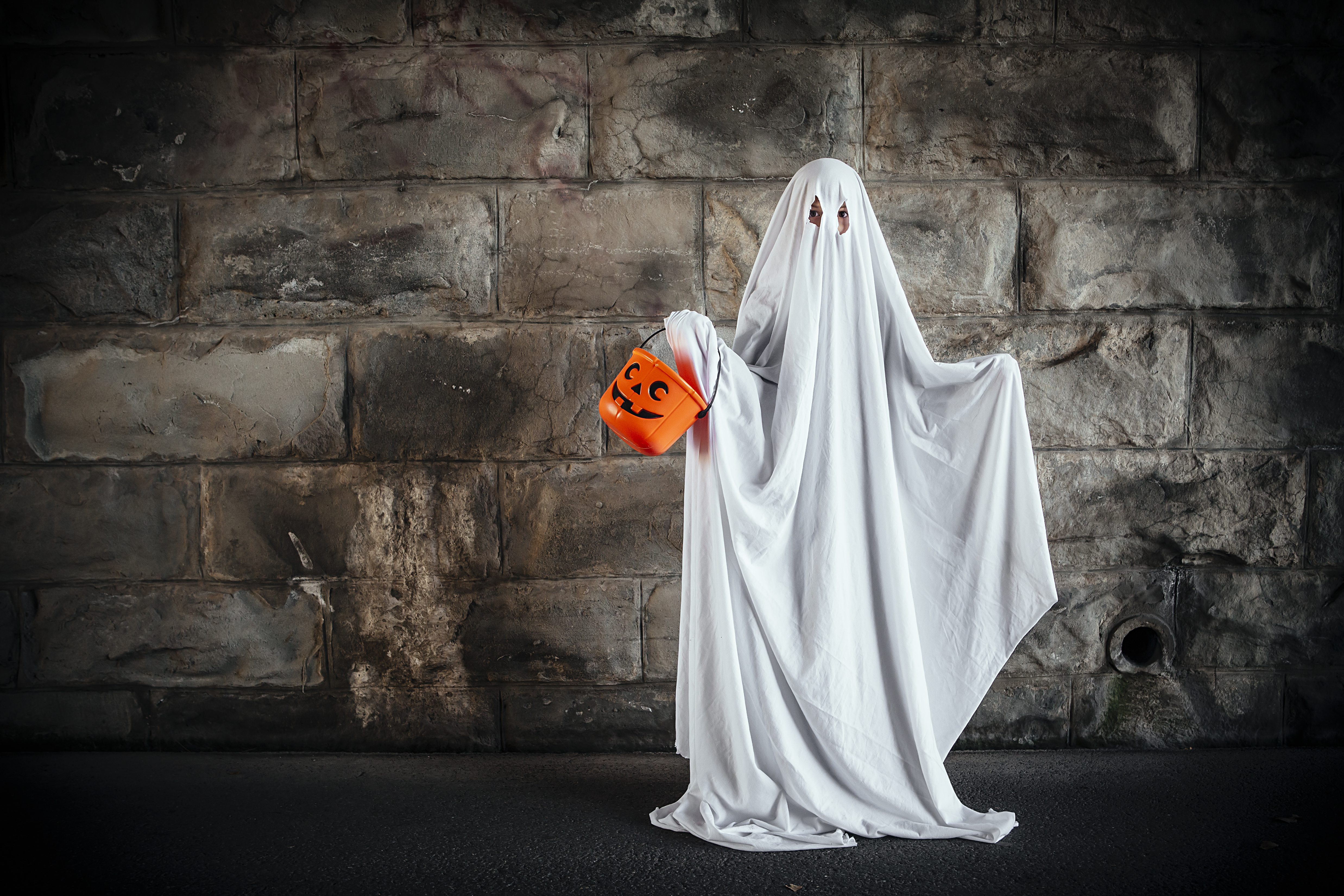 Bedsheet ghost last-minute halloween outfit for kids
